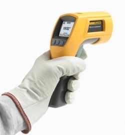 Fluke 572-2 Termómetro IR para altas temperaturas vista lateral com mão